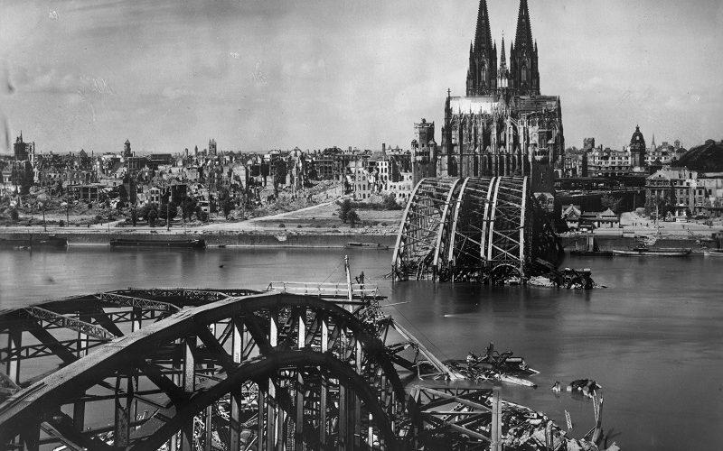Die zerstörte Hohenzollernbrücke in Köln mit dem Dom im Hintergrund